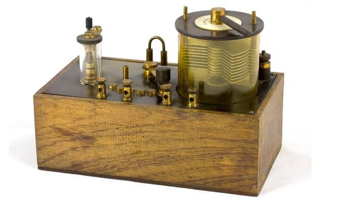 how does a crystal radio work